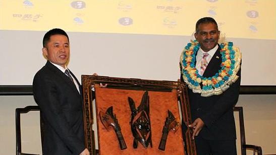 四君子古典家具董事长陈玉树与斐济工业,贸易及旅游部长科亚交换礼物