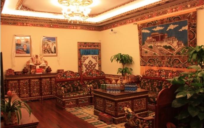记者了解到,该公司既销售藏式家具也做藏式装修,形成了一条龙的完美图片