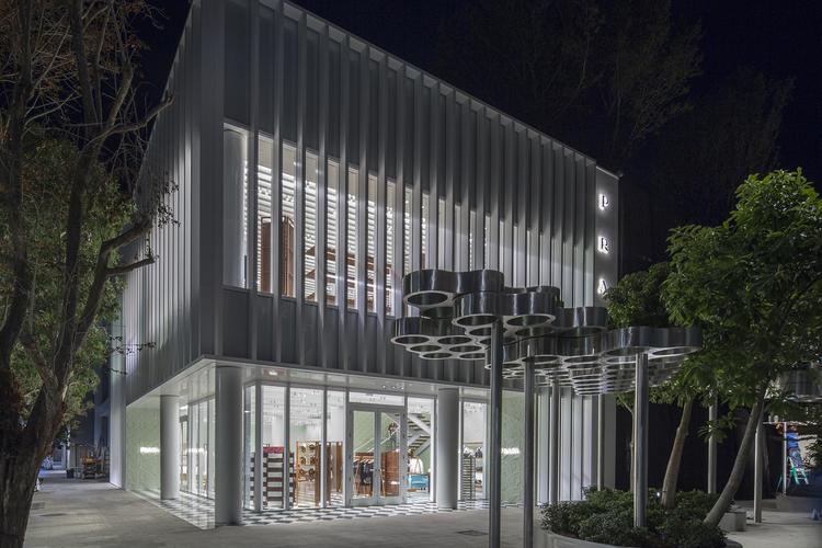 Prada 门店改造还在继续,迈阿密新店放满了设计师家具