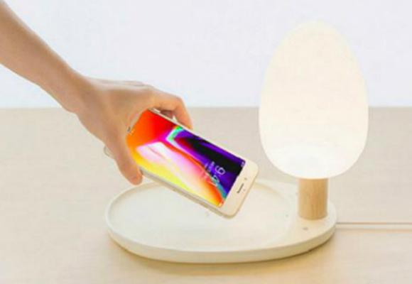 这款无线充电台灯,将自然照明和无线充电的功能合二为一