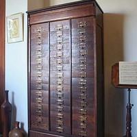 1900年美国波士顿交响乐大厅的橡木乐谱柜。
