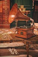 美国VICTOR III橡木桌面型手摇大喇叭留声机