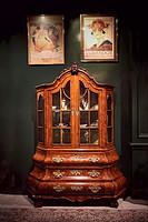 荷兰瘿纹胡桃木玻璃橱窗陈列柜
