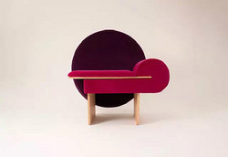 这款名为 Vanity 的椅子,最大亮点是孟菲斯设计元素