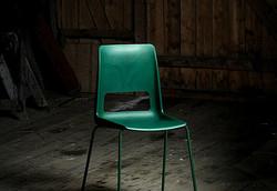 这款椅子使用了挪威渔业的废弃材料,颜色是好看的墨绿色